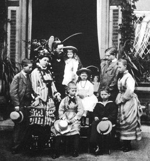 Guillermo-de-pie-segundo-por-la-derecha-junto-a-sus-padres-y-hermanos-Wikimedia-commons