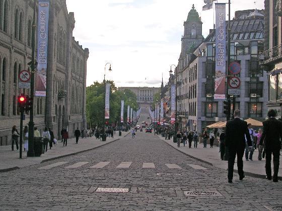 3022171-Karl_Johans_gate_overlooking_the_Royal_Castle-Oslo