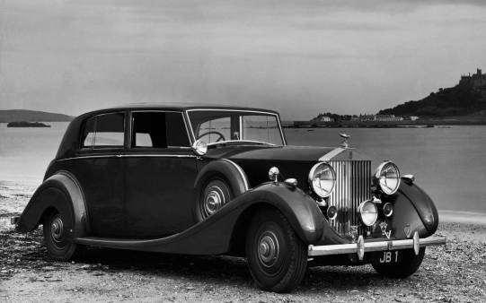 imagen-de-coche-clásico-rolls-royce-en-blanco-y-negro_1030041168